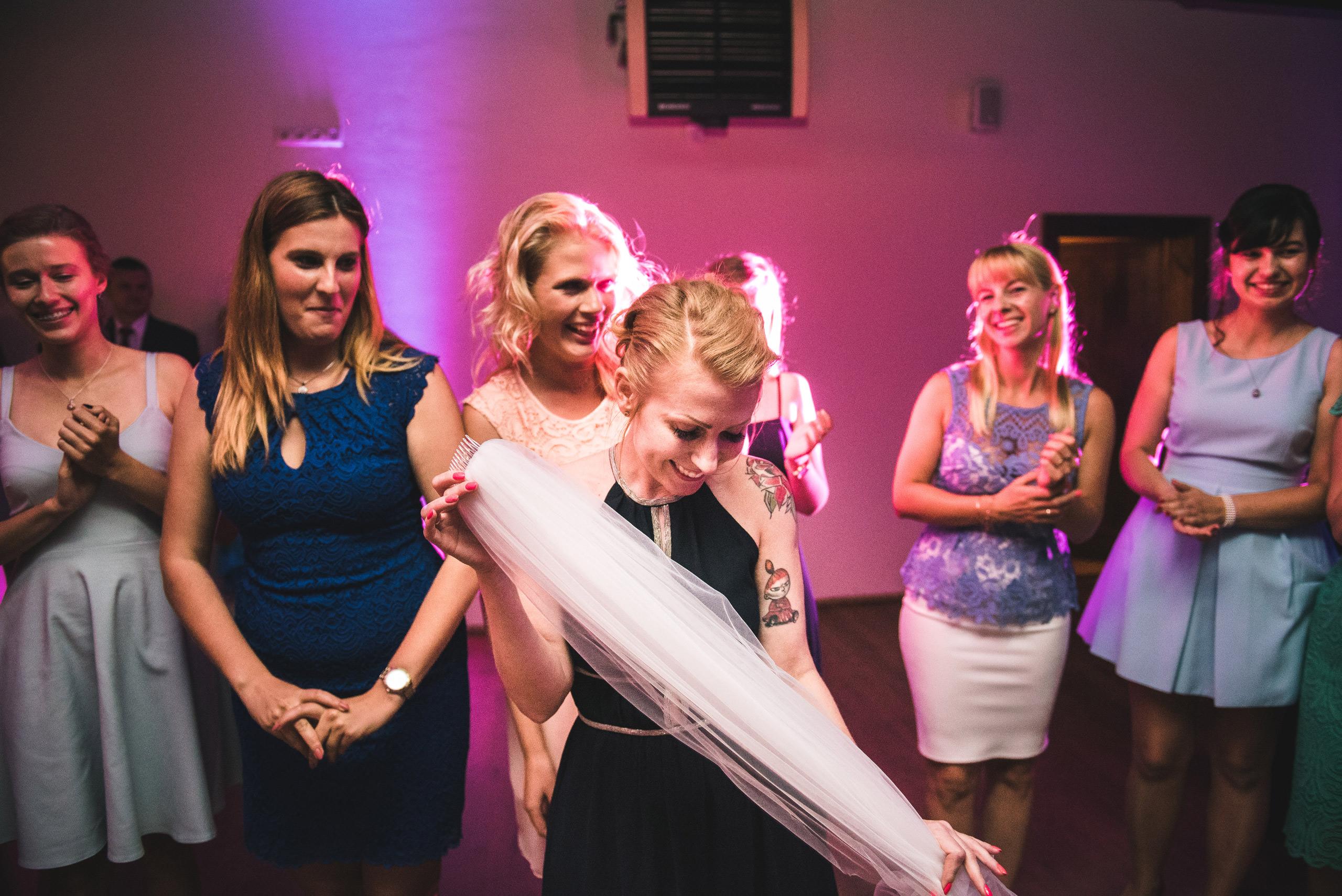 fotograf slubny warszawa 072 rzut welonem zacisze anny korcz wesele